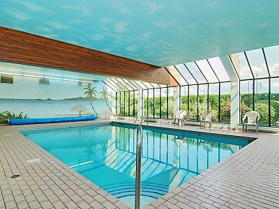 Kelowna hotel with indoor and out door pools siesta for Pool design kelowna