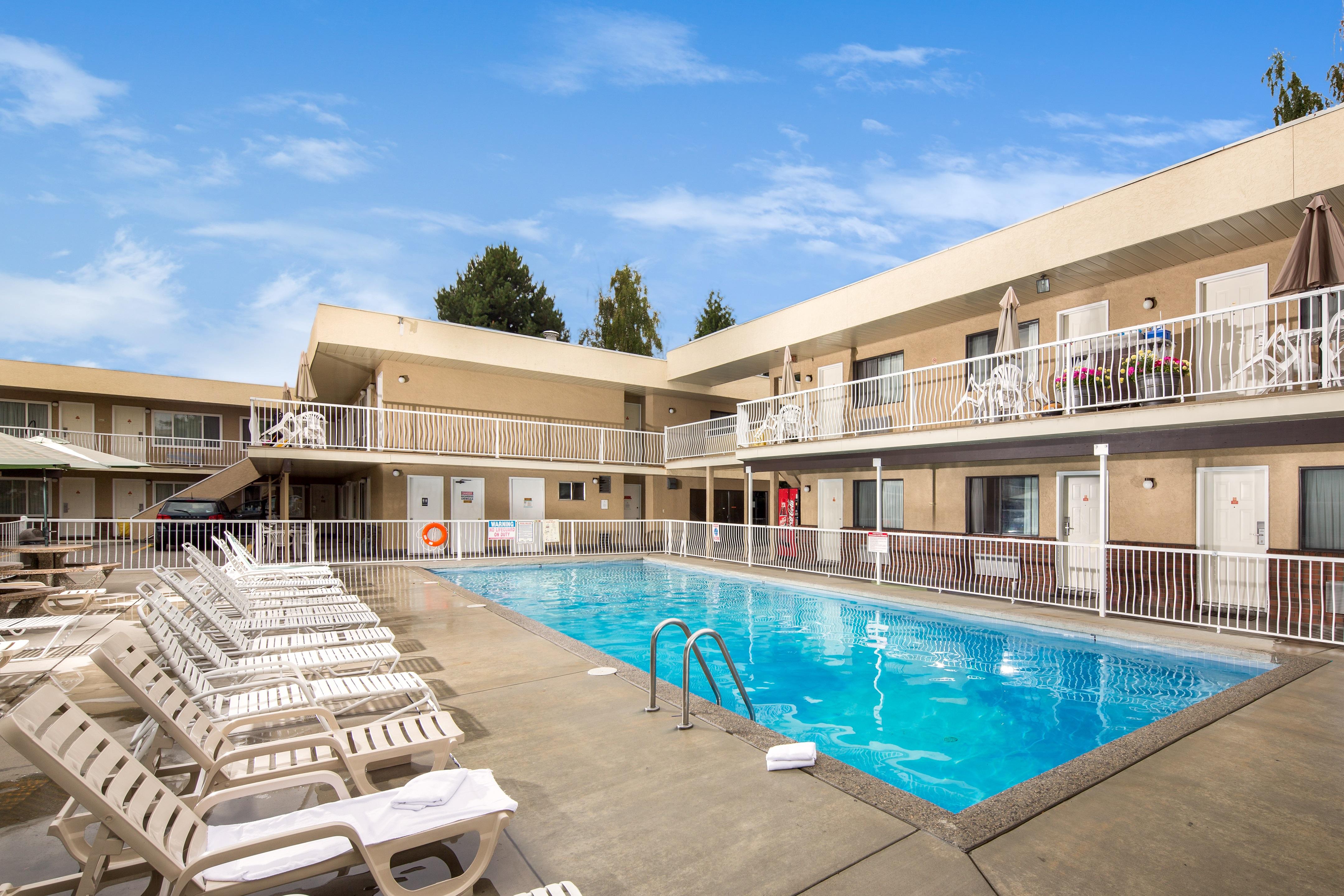 Siesta Suites Kelowna Hotel Accommodations Family Vacation Bc